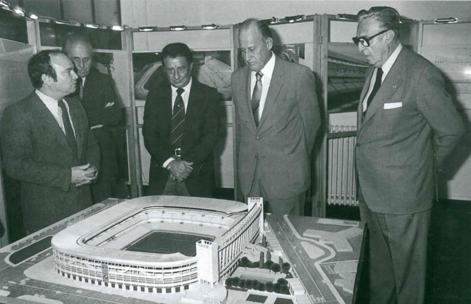 Luis Alemany Indarte presentando el proyecto de reforma para el Mundial del 82 al presidente, Luis de Carlos Ortiz